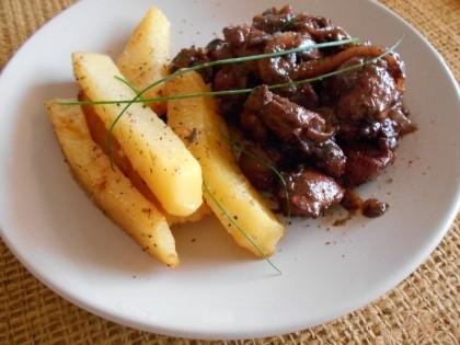 Готово! Тушим все вместе на медленном огне до выпаривания вина. Подаем с картофелем или рисом. Приятного аппетита!