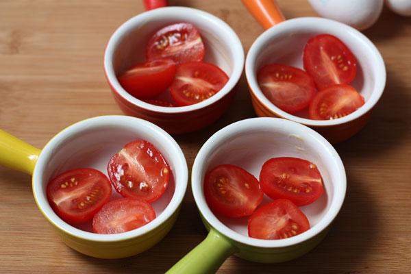 В каждую формочку положите половинки помидоров черри, заполняя формы наполовину, и немного посолите. Количество помидоров в порции будет зависеть от размера формочек.
