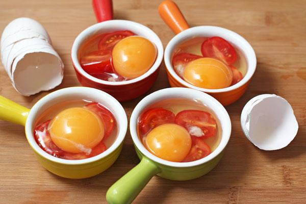 Вылейте по одному или по два яйца в каждую форму. Количество опять зависит от форм.