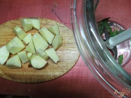 Крупно нарезать яблоко, апельсин разобрать на дольки.