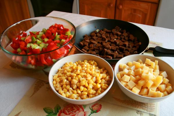 Выкладываем все ингридиенты слоями в салатницу (или другую емкость) и добавляем сладкую кукурузу. Заправить небольшим количеством оливкового масла. Специи и соль по вкусу, но в моем личном рецепте я обхожусь без них - и так вкусно :)