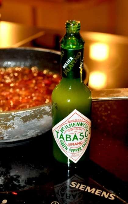 И теперь, приходит время бальзамического уксуса. Для чего он нужен? Уксус хорошо оттеняет вкус, легкую кислинку. Благодаря ему, наш соус станет более пикантным. Достаточно 2-3 чайных ложек.