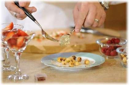 Средний сотейник с крышкой iCook поставьте на небольшой огонь, чтобы дать нагреться.  В это время откройте шампанское и вылейте в сотейник.   <br><br>  В большой миске замочите листы желатина. Залейте их небольшим количеством холодной воды, чтобы дать желатину набухнуть.  <br><br>  В шампанское добавьте 3 щепотки шафрана. Приправа окрасит шампанское в приятный оранжевый цвет. Уменьшите огонь и накройте крышкой, чтобы шафран быстрее растворился. <br>  Подготовьте ягоды. Свежую клубнику нарежьте дольками и поместите на дно бокалов. Добавьте часть малины. Можно взять бокалы под мартини и сок.