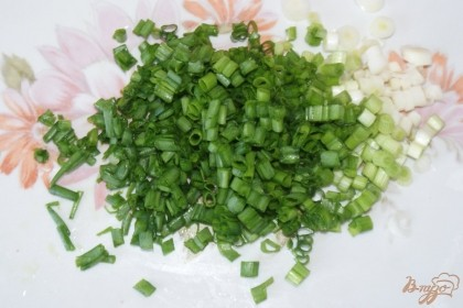 Мелко крошим небольшой пучок зеленого лука.