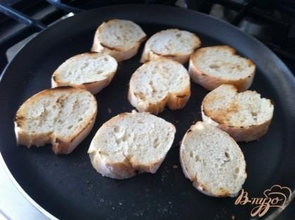 Нарезаем багет и обжариваем с двух сторон быз масла