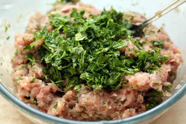 Мясо грудки индейки измельчаем до состояния однородного фарша в блендере или мясорубке вместе с луковицей. Добавляем много мелко нарезанной зелени петрушки, солим.