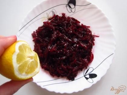 Очистите свеклу и натрите ее на большой терке. Полить оливковым маслом, добавить соль, перец черный, сок лимона.