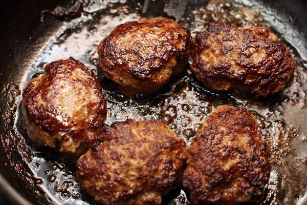 Фарш выкладывайте на горячую сковороду с помощью столовой ложки, формируя котлеты. Обжарьте до готовности с обеих сторон.