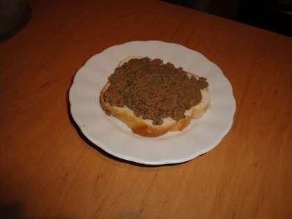 Паштет можно выложить на хлеб или батон