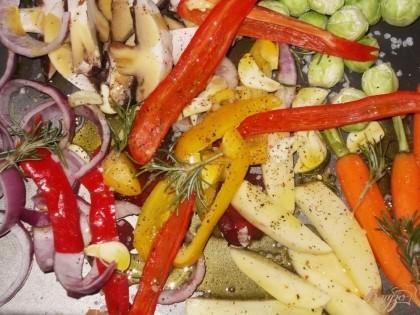 Поливаем овощи оливковым маслом, соусом бальзамико, специями и солью. Хорошо перемешиваем руками овощи. Выкладываем также несколько веточек розмарина.
