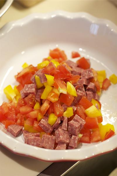 Мелко нарезаем мясо и овощи. (можно взять абсолютно любое мясо или колбасу.На фото нарезана колбаса.).Высыпаем в форму для запекания.