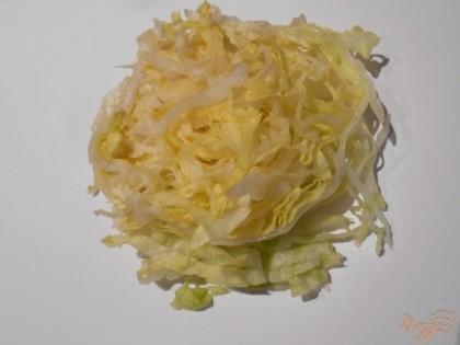 Капусту можно брать любую. Я чаще всего использую либо белокачанную, либо пекинскую. Шинкуем капусту очень тонко.