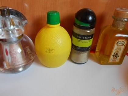 Из оливкового масла, сока лимона, соли и перца делаем заправку для салата. Хорошо взбиваеи ее венчиком.