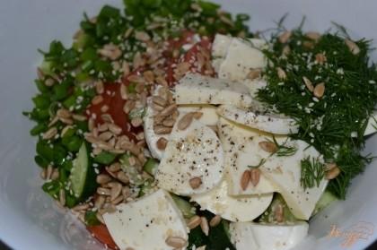 Добавить специи, кунжут и очищенные семена подсолнуха. Полить растительным маслом.