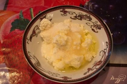 Яйцо разделите на белок и желток. Белок добавьте в начинку. Именно он дает начинке мягкость, держит творог и не дает ему растекаться при выпечке. А желток используйте для смазки готовых изделий.