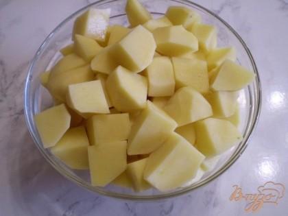 Картофель нарежем крупно, чтобы не разварился.