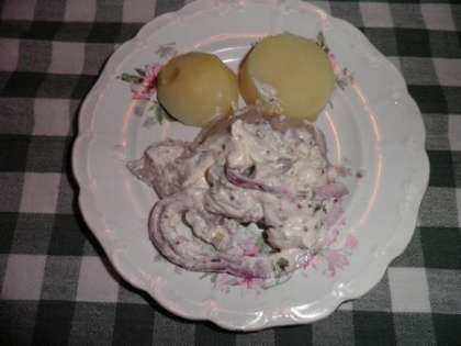 Готовую сельдь можно есть как с хлебом, так и с отварным картофелем