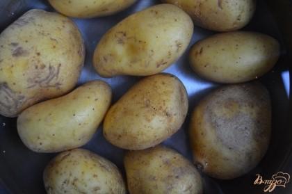 Картофель поставить вариться до полной готовности.