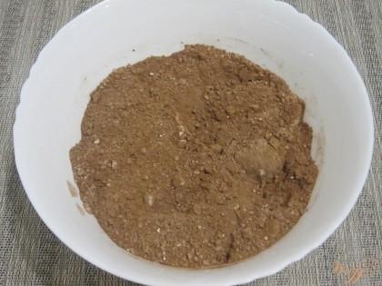 Какао-порошок и сухое молоко отдельно смешать в миске.