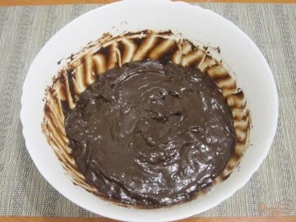 Сироп влить к сухой смеси и хорошо размешать, чтобы не было комков. Остудить, затем на 1,5-2 часа поставить в морозилку.