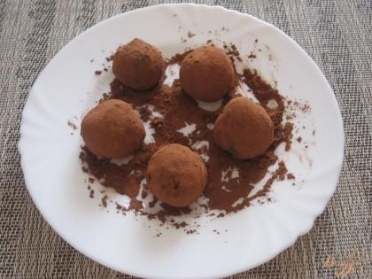 Из охлажденной смеси скатать небольшие шарики и обвалять их в какао. Готово!