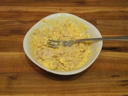Смешать печень трески и желтки, тщательно размять их вилкой