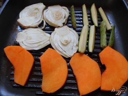 Выкладываем их на сковороду- гриль, смазанную оливковым маслом, и обжариваем с двух сторон до готовности, но чтобы сохранилась хрусткость. Обязательно солим добавляем специи.