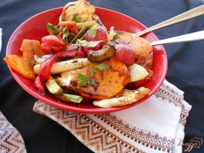 Готово! Готовый гарнир из овощей подаем к столу к основному блюду, полив соусом бальзамико. Приятного аппетита!