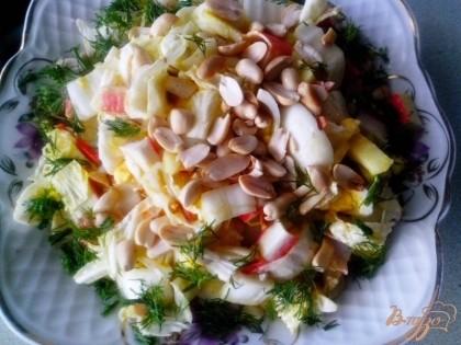 Готово! Заправить салат солью, кукурузным маслом и смесью специй (чёрный перец, молотый имбирь, куркума, измельчённый чеснок, горчица) по вкусу. Перемешать, посыпать сверху жареным арахисом и зеленью.