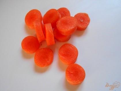 Морковь нарезаем кольцами.