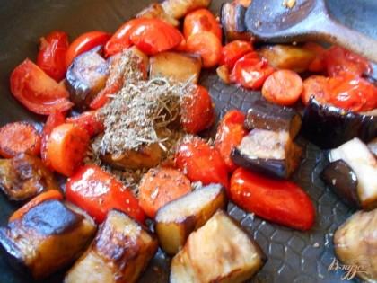 Когда баклажаны уже поджарились, снижаем огонь до минимального, добавляем помидоры черри, солим и перчим гарнир. Протушиваем гарнир под крышкой до мягкости помидоров.