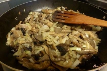Вешенки и шампиньоны нарежем соломкой.Обжарим грибы с луком.