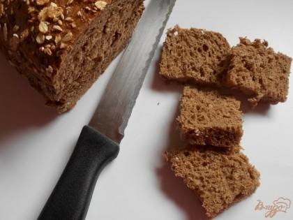 Для начала отварим яйца и нарежем их мелким кубиком. Ржаной хлеб нарежем небольшими квадратиками.
