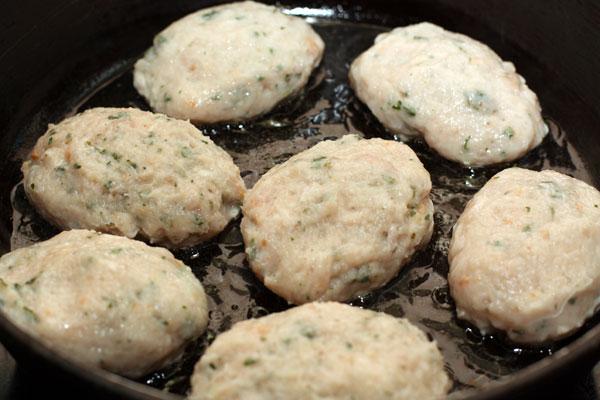 Влажными руками формируйте из фарша ровные котлеты и кладите на разогретую сковороду с маслом.