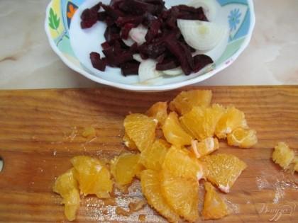 Апельсин нарезать произвольно. Все соединить в салатнике и заправить оливковым маслом. Этот салат можно не солить, не перчить (так утверждает автор рецепта). Я так и сделала. Вкусно. Потом все таки посолила. Тоже хорошо. Так что, солить не спешите. Попробуйте и так и так.