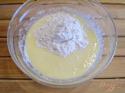 Всыпайте небольшими порциями муку, добавьте соду, щепотку соли. Не переставая перемешивать венчиком, добейтесь однородности теста.