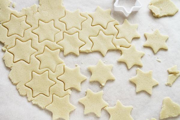 Раскатайте на листе пекарской бумаги пласт толщиной 3-4 мм, вырежьте формочкой фигурки, а остатки теста осторожно уберите с помощью ножа. Тесто непластичное и легко крошится, поэтому действовать нужно аккуратно. Выпекайте печенье при 170° около 10 минут до слегка золотистого оттенка.  Shortbreads можно хранить в жестяной коробке до наступления праздников. Со временем они становятся мягче, но не теряют ни вкус, ни аромат.