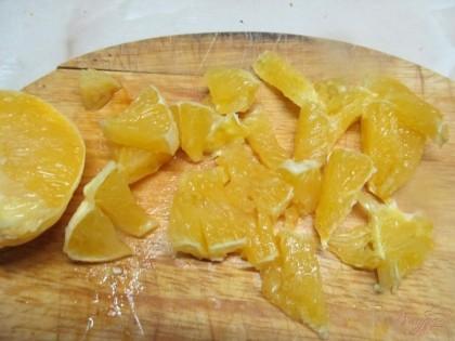 Мякоть апельсина нарезать произвольно.