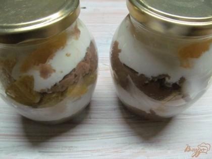 Я формирую десерт в маленьких баночках. Очень удобно. Можно приготовить заранее и закрыть крышкой, поставить в холодильник. Кому утром некогда готовить - это самое оно. Выложить слои на свой вкус. Я выложила сначала манку, затем творог и апельсин. Слои повторила.