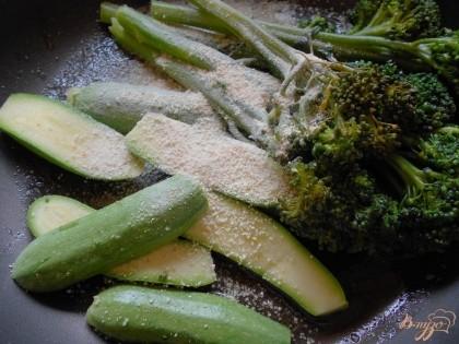 Добавляем к овощам панировочные сухари и мускатный орех и хорошо перемешиваем овощи с сухарями. Даем сухарям немного подрумяниться и выключаем огонь.