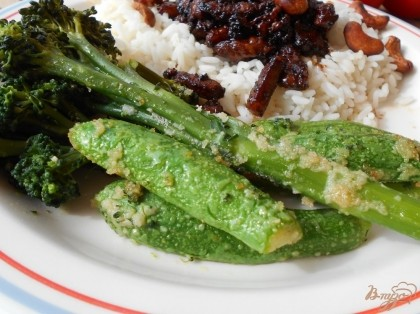 Готово! Гарнир из брокколини и цуккини хорошо подавать к мясным и рыбным блюдам. Приятного аппетита!
