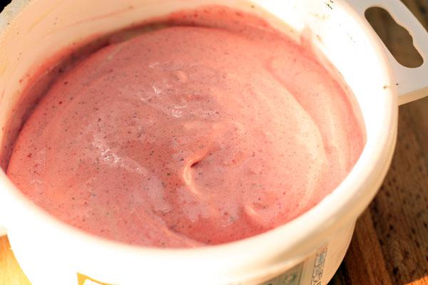 Заморозьте смесь. Подавайте, полив любым сиропом, вареньем или растопленным шоколадом.