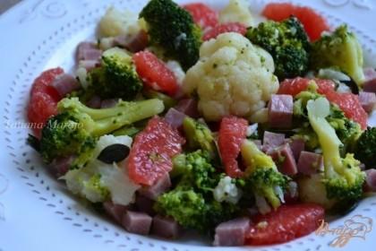 Готово! По тарелкам разложить еще теплый салат, добавить дольки грейпфрута.Приятного аппетита !