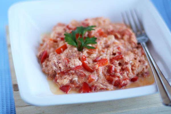 Миш-маш (блюдо из поджаренных яиц, брынзы, свежего перца и специй)