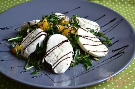 Салат из рукколы с апельсином и моцареллой