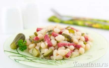 Салат из фасоли с колбасой