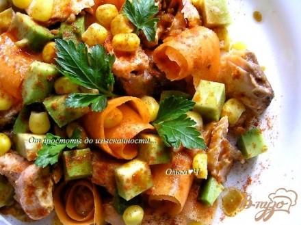 Салат с лососем-гриль, морковью и авокадо