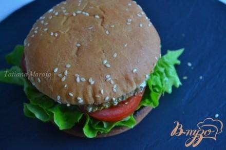 Бургер с томатом и моцареллой