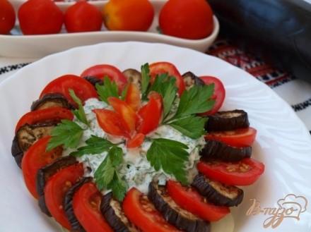 Закуска из баклажан и помидоров со сметанной заправкой