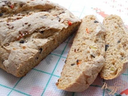 Хлеб из цельнозерновой муки с луком, маслинами и сладким перцем